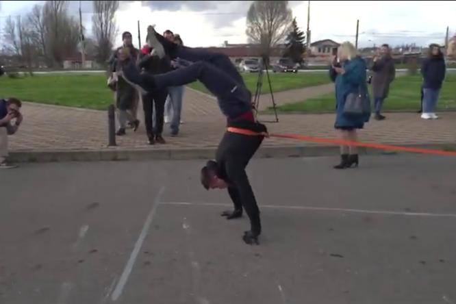 Как житель Курска, стоя наруках, протащил внедорожник на15 метров иустановил сразу три мировых рекорда