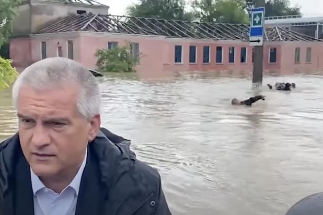 Самое странное видео дня: неизвестные люди плывут залодкой главы Крыма