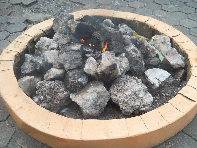 Мрапен – священное пламя, попавшее в индонезийский фольклор. Однажды крохотную деревню Мрапен посетила группа монахов во главе с Сунаном Калиджагой – одним из святых ислама. Люди замёрзли, и тогда Калиджага ткнул палкой в землю, а из-под неё вырвался огонь. Легенда легендой, но подземный газ питает пламя Мрапена минимум пятьсот лет, его не может потушить ни дождь, ни ветер.