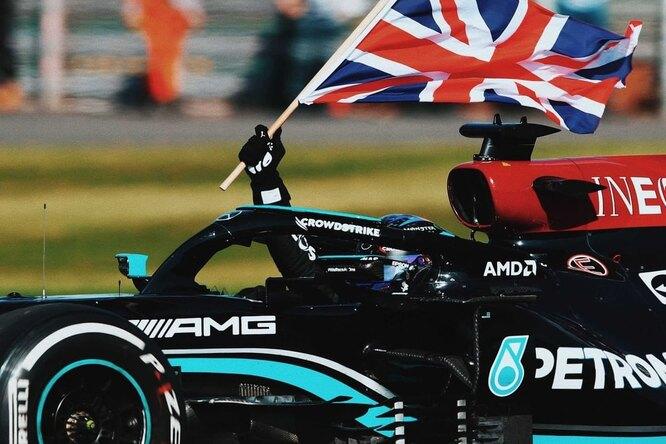 Гонка фаворитов: Хэмилтон выбил Ферстаппена ивыиграл Гран-при Великобритании «Формулы 1»