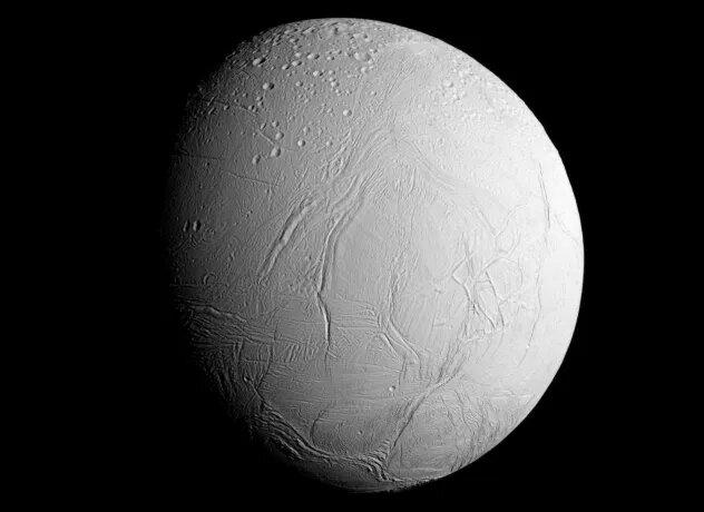 <br />Энцелад. Шестой по размеру спутник Сатурна не только покрыт льдом, но и извергает частицы льда в космос посредством своеобразных гейзеров. Станция &laquo;Кассини&raquo; изучила эти частицы, обнаружив жидкую воду, азот и углероды. Именно эти элементы в сочетании с источником энергии являются &laquo;кирпичиками&raquo; жизни. Осталось лишь узнать, что именно находится подо льдом Энцелада.<br />&nbsp;