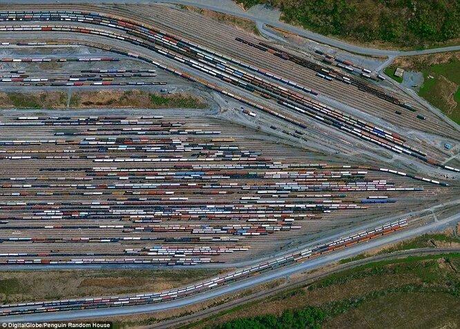 Грузовые составы стоят на подъезде к Олбани, штат Нью-Йорк. Отсюда грузы отправляются в путь по Атлантике. Автоматизированные системы пропускают более 3000 вагонов в день.