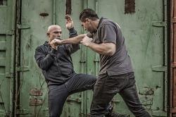 Что эффективнее приуличной самообороне — уметь бить или бороться?