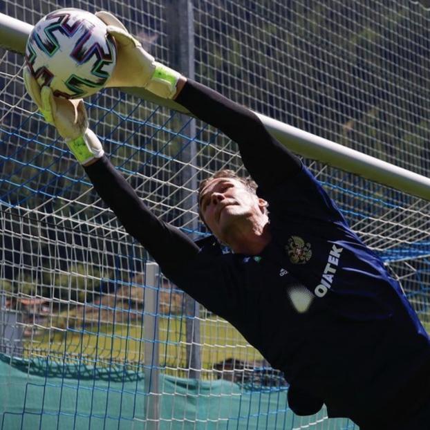 Вратарь «Динамо» выложил фото своего лица после наложения швов нарассеченный подбородок