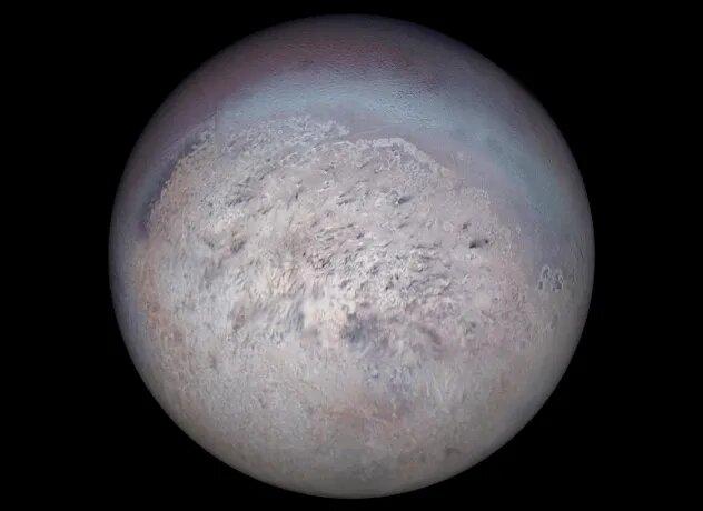 <br />Тритон. Снимки, сделанные станцией &laquo;Вояджер-2&raquo; в августе 1989 года показали, что крупнейшая луна Нептуна, Тритон, в основном состоит из камня и замёрзшего азота, а под поверхностью возможна жидкая вода. Это чрезвычайно холодное (-235 &deg;C!) и недружелюбное место, предоставляющее немало загадок для учёных. Например, отражающие свет участки поверхности из некоего гладкого металлообразного вещества.<br />&nbsp;