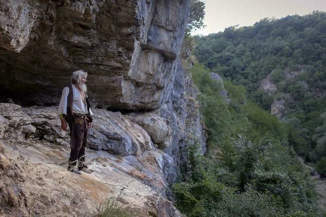 Сербский отшельник, узнав опандемии, покинул пещеру исделал прививку