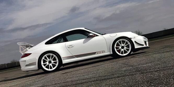 <br />997 GT3 RS 4.0, 2012 год. Модификация стала последним RS с механической коробкой передач и мотором, разработанным легендарным немецким инженером Хансом Мецгером.<br />&nbsp;