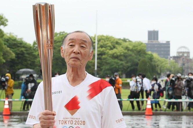 В Японии женщина решила потушить олимпийский огонь спомощью водяного пистолета