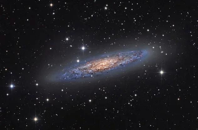 <br />В 2013 году австралиец Майкл Сидонио фотографировал галактику NGC 253 и вдруг заметил на снимке некую странность. Ей оказалась ещё одна галактика, названная затем NGC 253-dw2, не обнаруженная до того никем. Исследователи предполагают, что малая галактика в данный момент уничтожается своей большой &laquo;соседкой&raquo;.<br />&nbsp;