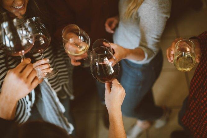 Большинство россиян поддерживают запрет напродажу крепкого алкоголя людям моложе 21 года — опрос