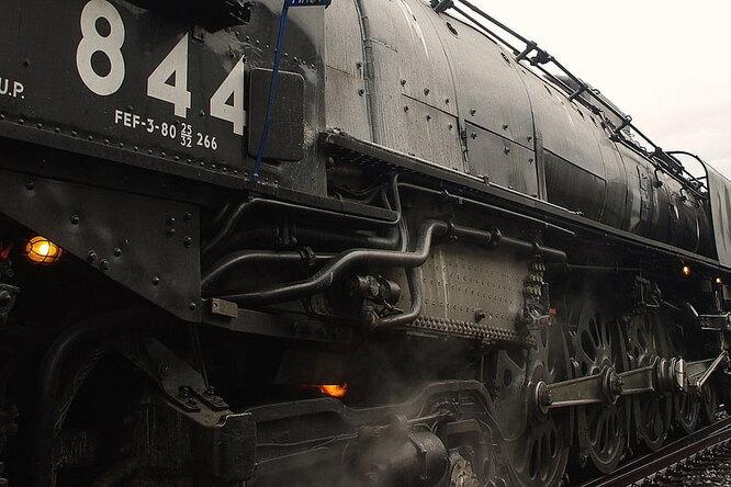 Почему уколес железнодорожных поездов такая необычная форма?