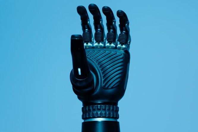 Ученые создали протез, которым можно управлять силой мысли