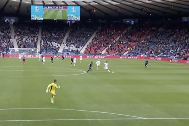 Видео: футболист сборной Чехии забил гол практически ссередины поля