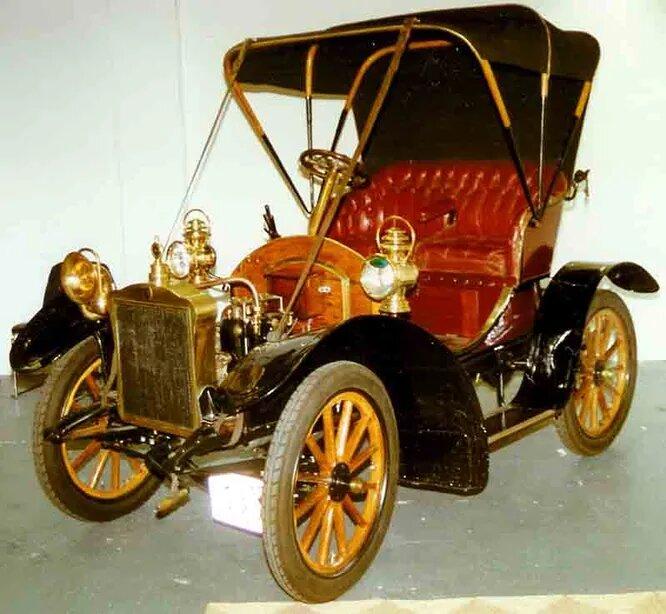 <br />GEA (Gustaf Ericssons Automobilfabrik) &ndash; один из первых автозаводов в Швеции. Был основан в 1904 году в Стокгольме, а годом позже представил первую модель с 6-цилиндровым двигателем (двумя 3-цилиндровыми Fafnir по соседству). Для серийной, не гоночной машины такая мощь была нонсенсом. Модель получилась дорогой, заказов не было, и к 1909 году компания закрылась. На снимке &ndash; единственный экземпляр 1907 года.<br />&nbsp;