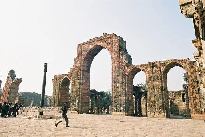 <br />Железная колонна в Дели, воздвигнутая 1600 лет назад, безусловно, была создана по совершенно уникальной технологии. Её антикоррозийные свойства породили множество научных теорий и народных легенд.<br />&nbsp;