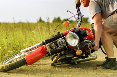 Как поднять упавший мотоцикл ине надорвать спину?