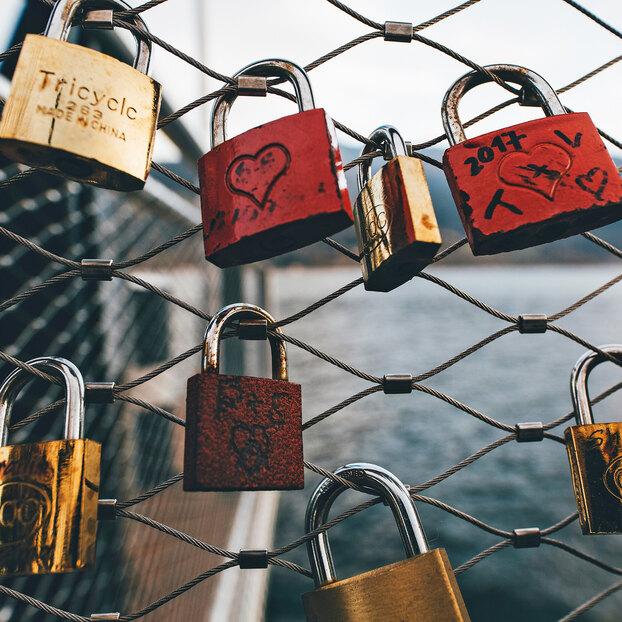 Как открыть дуговой замок спомощью гаечного ключа