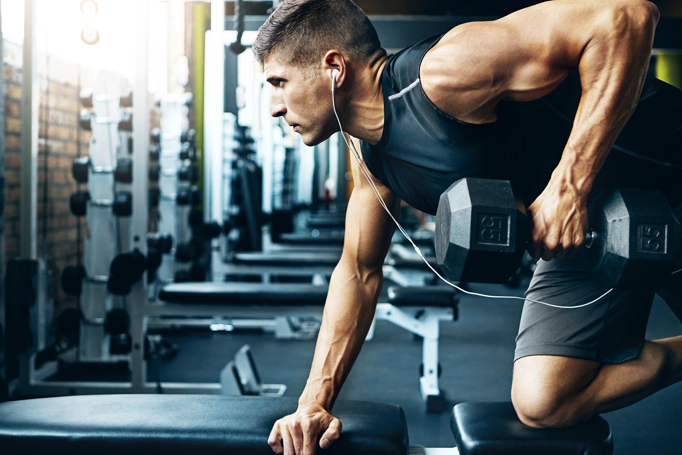 Парень атлет после тренировки получает эротический массаж вместо спортивного