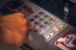 Житель Москвы загрузил миллион рублей «Банка приколов» вбанкомат иобналичил настоящие деньги