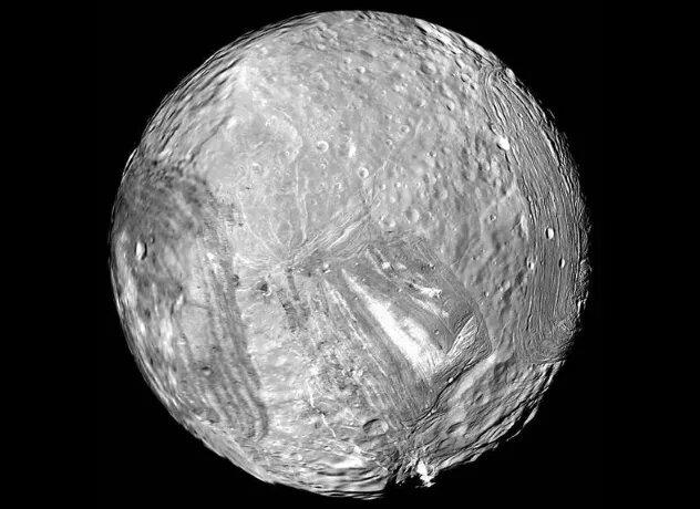 <br />Миранда. От крупнейшего к малому, ведь Миранда &ndash; меньший из пяти крупных спутников Урана (всего их 27). Это место с крайне неровным рельефом, огромными утёсами и глубокими каньонами. Там отсутствует атмосфера, так что потребуется защита от радиоактивных частиц, выделяемых магнитосферой Урана. Зато под обильно покрывающим поверхность льдом, как и на Европе, может находиться жидкая вода.<br />&nbsp;