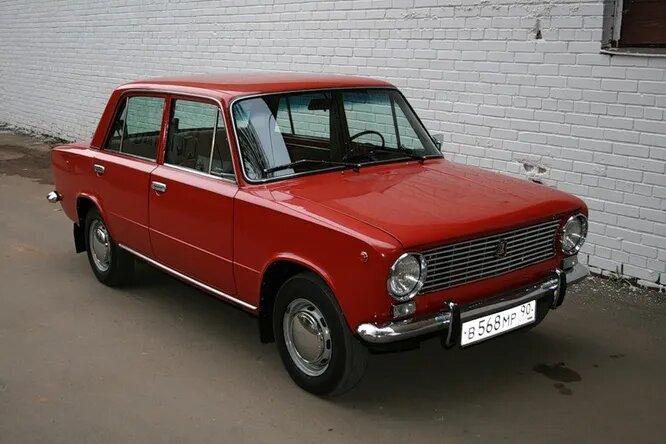 ВАЗ-2101 «Жигули» (СССР, 1970). Самая известная лицензионная версия. Впоследствии имела множество модификаций и переработанных версий, имевших нумерацию от 2102 (с кузовом «универсал») до 2107, выпущенной в 1982 году. Последние «вазо-фиаты» сошли с конвейера в 2014 году в Египте; помимо того, они собирались на Украине уже после распада Союза. Был самым массовым советским автомобилем, суммарное количество модификаций и версий превышало сотню.
