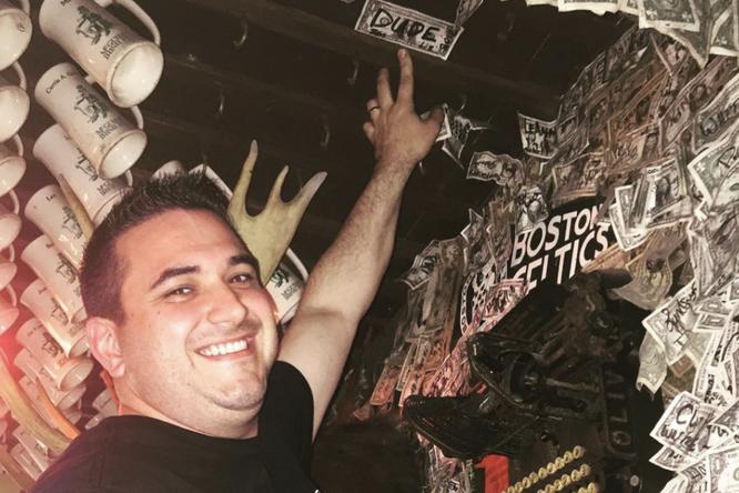 На потолке истенах паба во Флориде накопились памятные купюры надва миллиона долларов