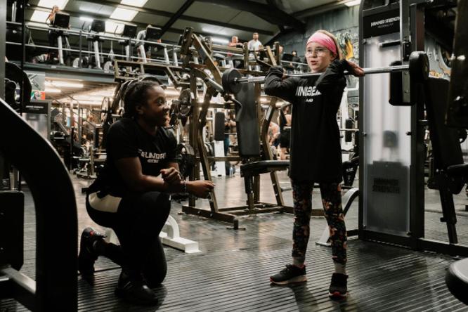 10-летняя девочка выиграла соревнования попауэрлифтингу — она подняла штангу весом в96 килограммов