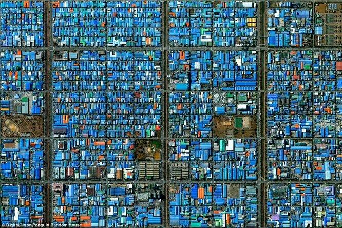 Промзона в Южной Корее. Самый популярный материал для строительства крыш - синий сплав на основе алюминия.