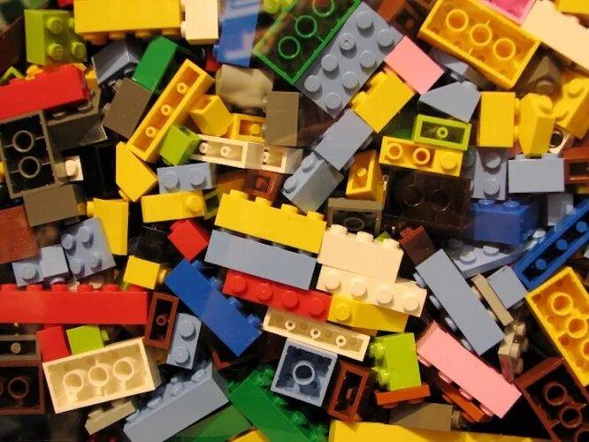<br />Кирпичик Лего выдерживает нагрузку до 432 кг, поэтому, наступив на него, вы скорее травмируете ногу, чем причините вред детали. С момента рождения в 1949 году элементы Лего остаются совместимыми друг с другом. А значит, кирпичик не устаревает вне зависимости от года выпуска.<br />&nbsp;