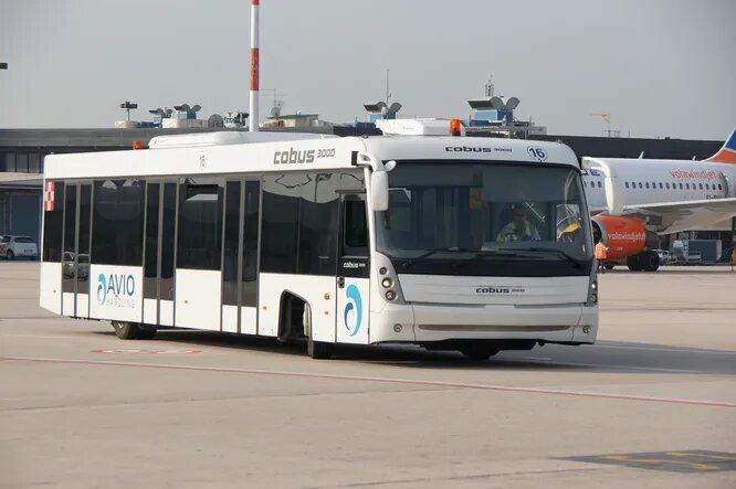 <br />Cobus (Висбаден, Германия). Пожалуй, самая распространённая в мире марка аэродромных автобусов с представительствами во всех странах мира. И трудно найти государство, где не было бы хоть одного &laquo;Кобуса&raquo; хоть в одном аэропорту. Компания Cobus, основанная в 1978 году, уникальна тем, что производит только перронные автобусы и больше ничего &ndash; в линейке целых 7 моделей, больше нет ни у кого. Флагман модельного ряда &ndash; автобус Cobus 3000 (на снимке), рассчитанный на 110 пассажиров.