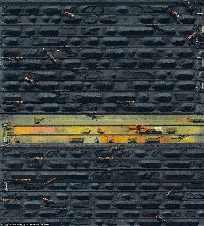 Самый большой угольный порт в Китае. Длинные черные полосы — это склады каменного угля.