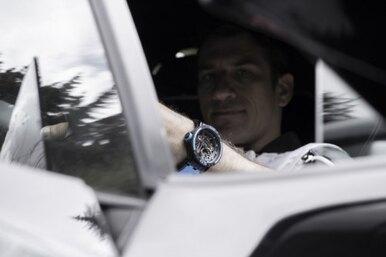 Заряжены адреналином: мощные часы с«мотором» отRoger Dubuis ирезиной отPirelli