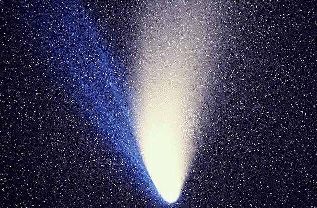 <br />В июле 1995 года два астронома-любителя, Алан Хейл и Томас Бопп, одновременно обнаружили новую комету &ndash; C/1995 O1 и сообщили о своих наблюдениях в международный астрономический центр. Комета, также названная кометой Хейла-Боппа, максимально приблизилась к Земле в 1997 году, чтобы затем исчезнуть на долгие тысячелетия.<br />&nbsp;