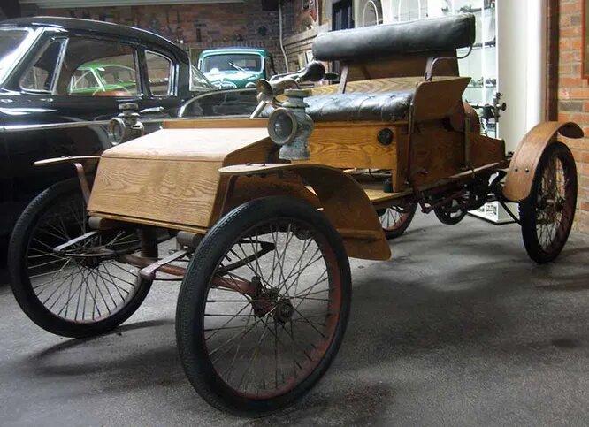 <br />Allvelo. Компания из города Ладскруна производила автомобили с 1903 по 1907 год. Удивительно то, что львиная часть деталей были выполнены из дерева (кроме разве что рамы, двигателя и тормозов). Кроме того, модели Allvelo имели названия, что для тех лет было нехарактерно (обычно модели называли буквами алфавита или по мощности двигателя). На снимке &ndash; модель Allvelo Orient.<br />&nbsp;