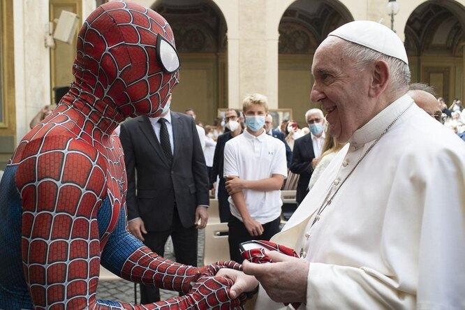 Видео: резиденцию Папы римского посетил Человек-паук