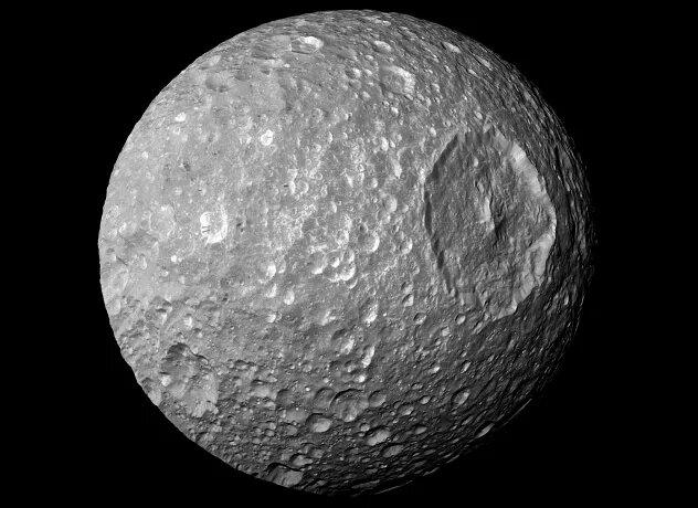 <br />Мимас. Этот спутник Сатурна из-за примечательного внешнего вида в шутку называют &laquo;Звездой смерти&raquo;. Мимас &ndash; очередной кандидат на жидкий подлёдный океан (на глубине 24-29 км под поверхностью) и геологическую активность. Особых доказательств этому нет, так что остаётся лишь лететь, колонизировать и проверять.<br />&nbsp;