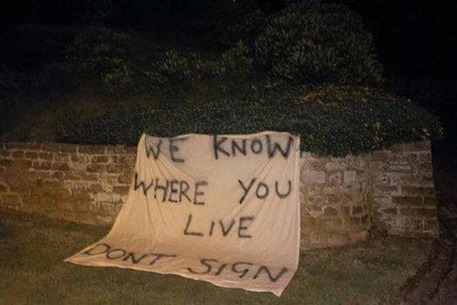 «Мы знаем, где ты живешь»: удома испанского тренера разместили плакат сугрозой