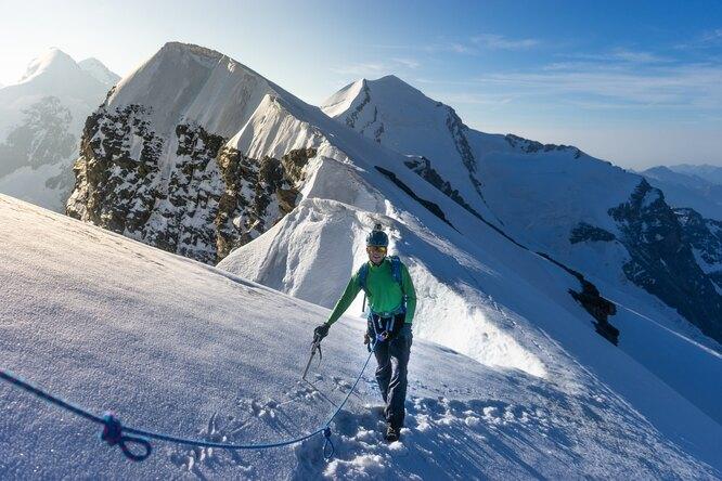 Альпинист рассказал, как ему удалось выжить после падения врасщелину наЭльбрусе