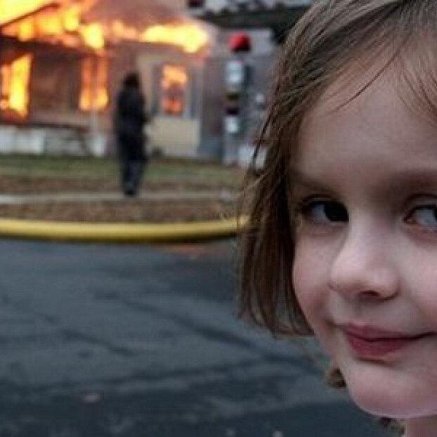 Девочка со снимка угорящего дома неплохо заработала намеме благодаря NFT-аукциону