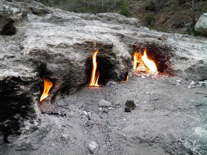 Гора Химера в Турции, она же Янарташ, горит ещё с тех времён, когда на том месте располагалось древнее государство Ликия – около тысячи лет до н.э. Огни Химеры питает метан, и в древние времена они были настолько высоки и ярки, что на них, как на маяк, ориентировались корабли.