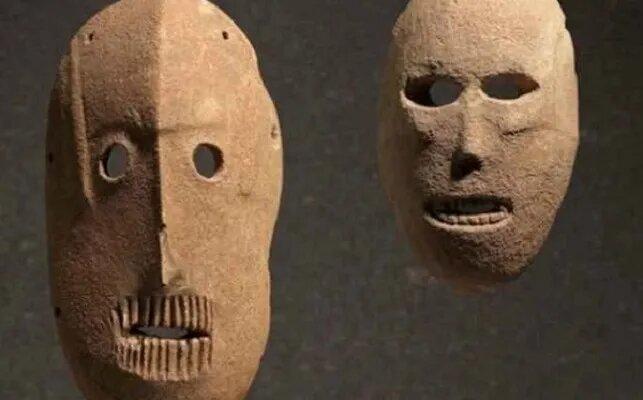 <br />Древнейшие маски представляют собой коллекцию из предметов раннего человеческого творчества, возраст которой составляет 9 000 лет. Стилизованные личины обладают несколькими отверстиями по краям, которые скорее всего использовались для того, чтобы удерживать их на голове завязками. Маски были обнаружены на территории современного Израиля, на Иудейских холмах и в Иудейской пустыне, и сейчас выставлены в Музее Израиля в Иерусалиме.<br />&nbsp;