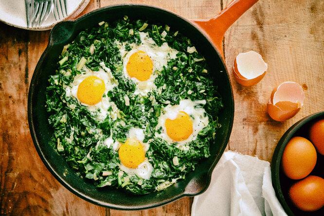Как приготовить запеченные яйца со шпинатом, йогуртом имаслом чили: рецепт