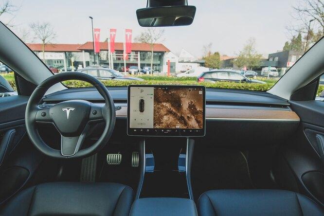 Tesla задействовала камеры всалонах дляконтроля водителя врежиме автопилота