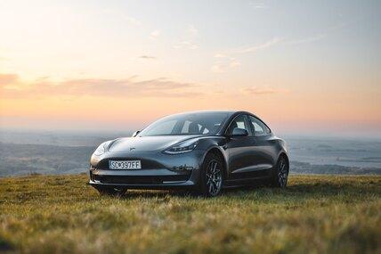 Tesla приостановили продажу электромобилей забиткоины