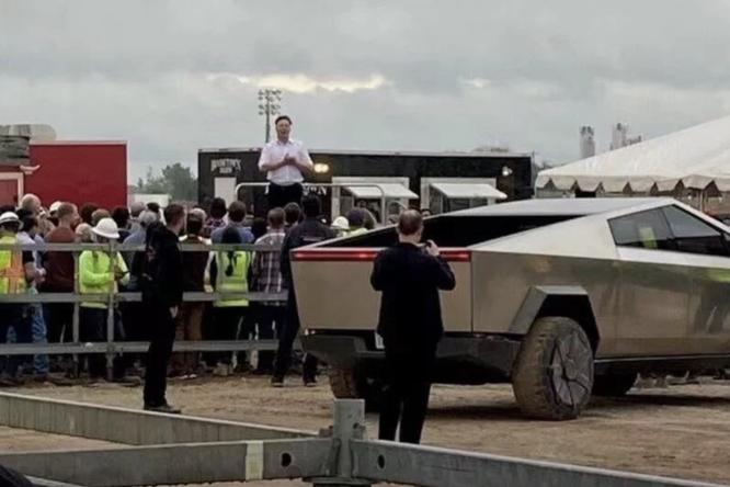 Илон Маск прибыл назавод Tesla идал всем возможность рассмотреть новые детали своего Cybertruck