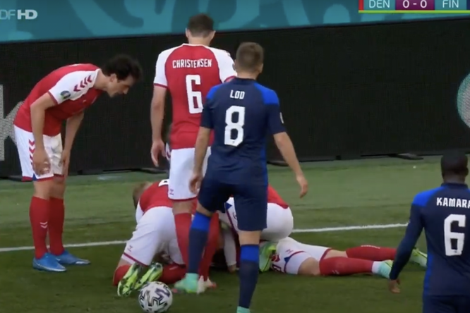 Видео: игрок сборной Дании падает наполе во время матча чемпионата Европы