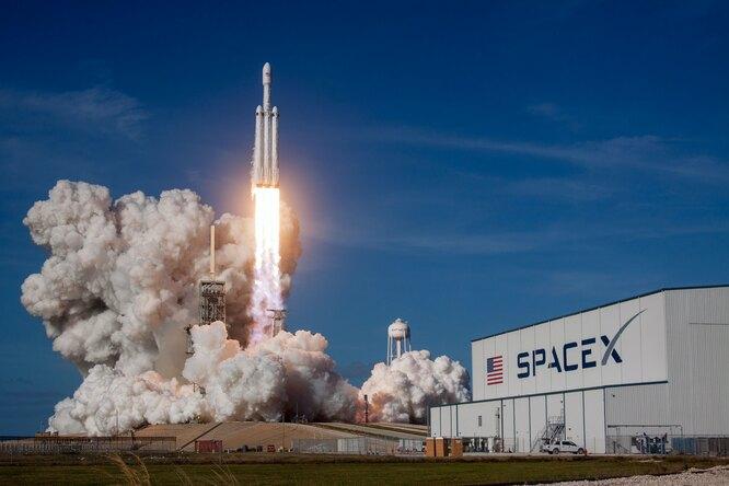 SpaceX выбрали длясоздания корабля, который вернет людей наЛуну