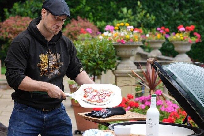 Фото: Генри Кавилл пробует готовить пиццу нагриле