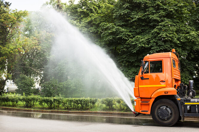 Зачем поливальные машины распыляют воду вверх?