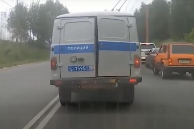Видео: вСаранске мужчина сбежал изавтозака во время остановки насветофоре